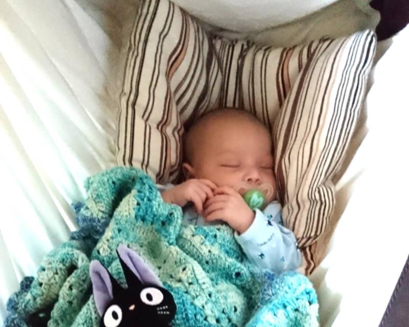 Trotz Koliken entspannt im Kangoo MAXIplus schlafen